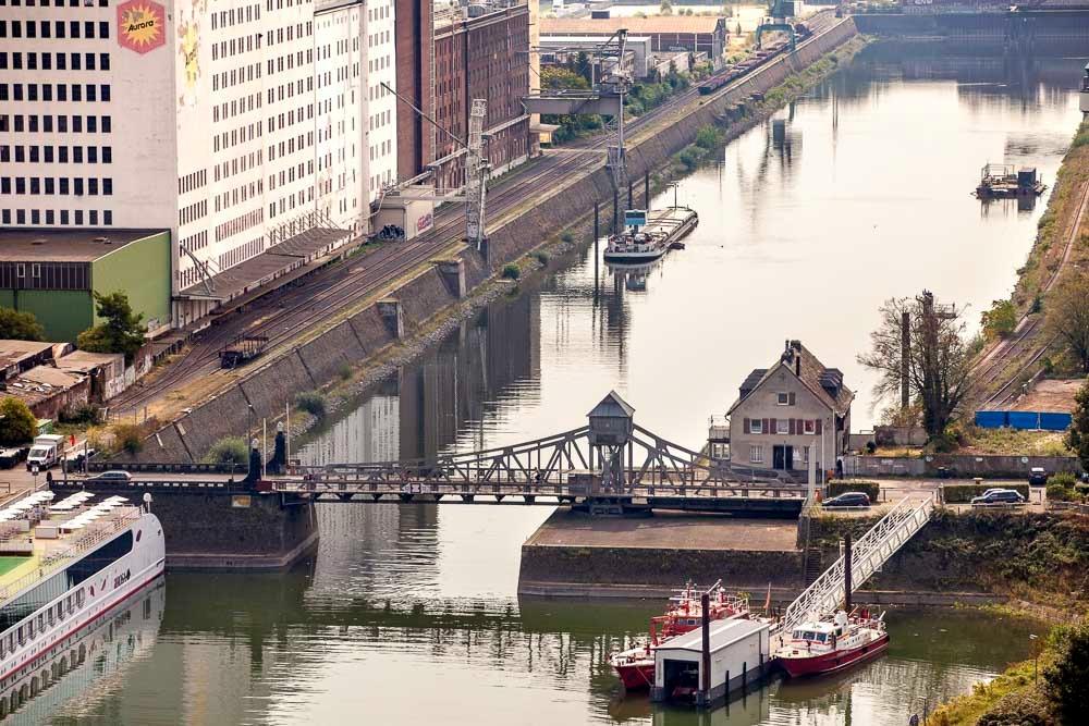 Die Drehbrücke aus der Vogelperspektive, fotografiert von der Spitze der Severinsbrücke.